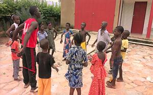 Durante il loro soggiorno al Centro i  ragazzi sono seguiti dai giovani del villaggio che li fanno giocare e fanno dei corsi di recupero scolastico.
