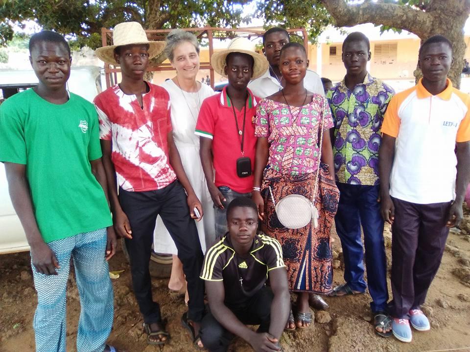 sr Martina con i giovani della parrocchia